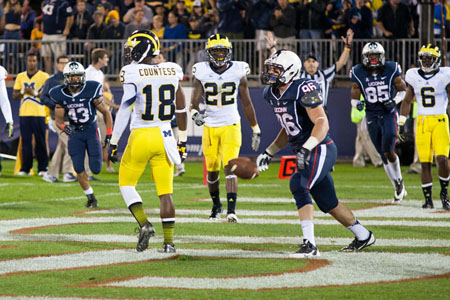 UConn TE Spencer Parker (86) gets ready to celebrate his touchdown catch in the 2nd quarter at Rentschler Field on September 21, 2013.
